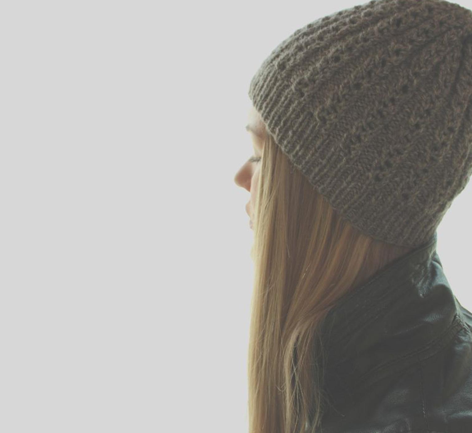 Mütze stricken: Mit dieser Strickmütze im nordischen Unisex-Look gibt es was Warmes auf die Ohren. // Strickanleitung // Strickmütze // Strickmuster // Zöpfe stricken // Unisex-Mütze // Trachtenwolle // Schurwolle // Anleitung deutsch //