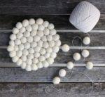 Kostenlose Filzanleitung für Filzkugeln: So geht ein Untersetzer aus Filzkugeln. Filzkugeluntersetzer selbermachen.